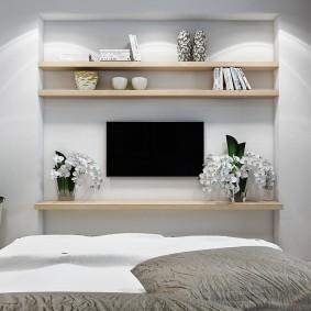 Встроенные полки в нише стены спального помещения