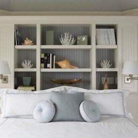 Встроенный стеллаж в спальной комнате