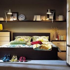 Полки для декораций на стене спальни