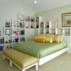 Квадратные полки в просторной спальне
