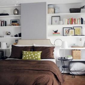 Коричневое одеяло на кровати супругов