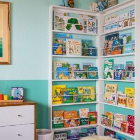 Книжный стеллаж в углу детской комнаты