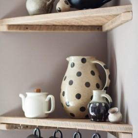 Фарфоровая посуда на деревянной полочке