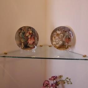 Декоративные тарелки на стеклянной полочке