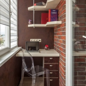 Простые полки на застекленном балконе