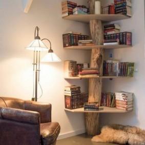 Полка из дерева в интерьере гостиной