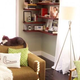 Фотографии в рамках на полочке в гостиной