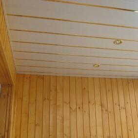 ПВХ-панели с позолоченным декором на потолке лоджии