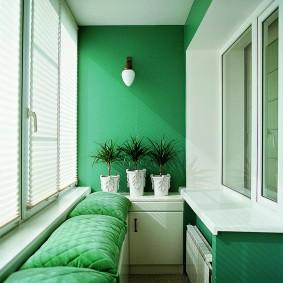 Белый потолок на балконе с зелеными стенами