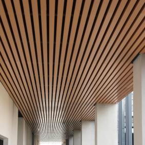 Декор потолка лоджии деревянными рейками
