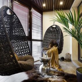 Подвесные кресла в интерьере балкона