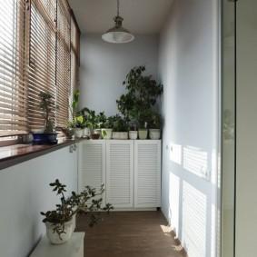 Линолеум на полу благоустроенного балкона