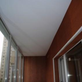 Роавный потолок светлого оттенка
