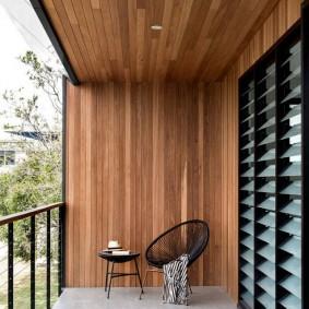 Деревянные панели на лоджии с перилами