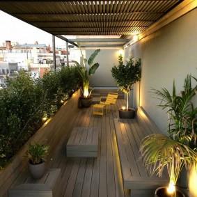 Деревянные скамейки на большом балконе