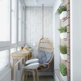 Узкий балкон с растениями на стене