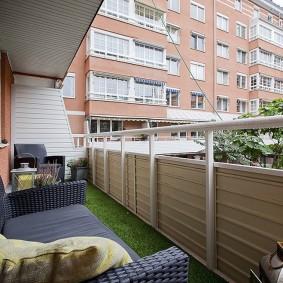 Металлические перила на балконе трехкомнатной квартиры
