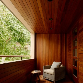 Деревянные панели в оформлении интерьера балкона