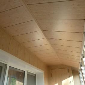 Обшивка потолка лоджии панелями МДФ