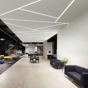 Белый потолок с линейными светильниками