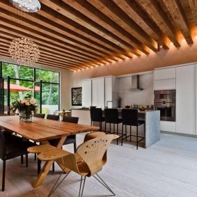Деревянный брусья на потолке в гостиной