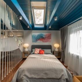Деревянный потолок мансардной комнаты