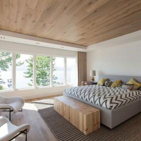 Деревянные панели на потолке спальной комнаты