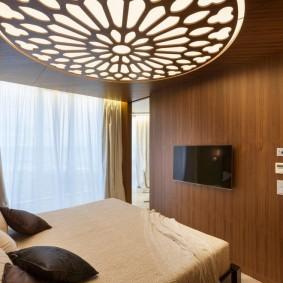 Ажурный светильник на потолке в уютной спальне