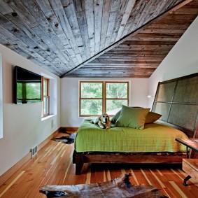 Наклонный потолок в комнате частного дома