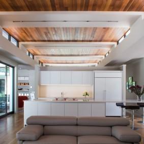 Комбинированная отделка потолка в загородном доме