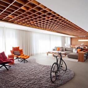 Декор потолка сосновыми досками