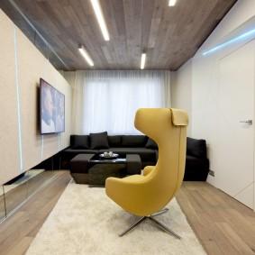 Желтое кресло с высокой спинкой