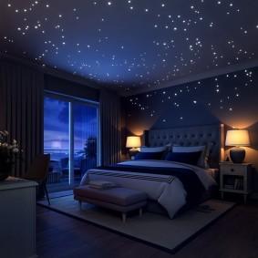 Эффект звездного неба на потолке супружеской спальни