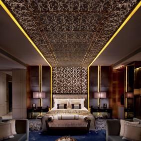 Желтая подсветка потолка в комнате