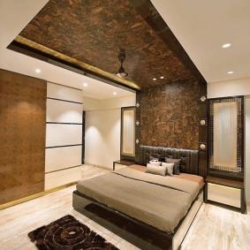 Декор пробкой стен и потолка в спальне