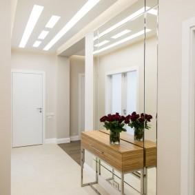 Яркое освещение в коридоре трехкомнатной квартиры