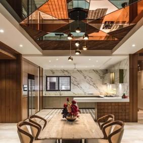 Геометрические узоры на стеклянном потолке