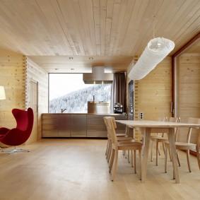 Отделка потолка в комнате деревянного дома