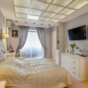 Стеклянный потолок в спальне неоклассического стиля