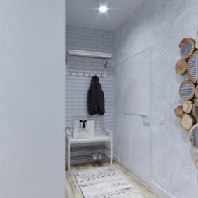 Декор деревом белой стены коридора