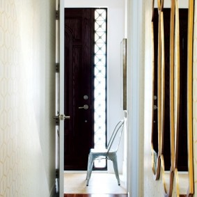 Открытая дверь из коридора в квартиру