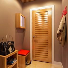 Деревянная отделка внутренней поверхности входной двери