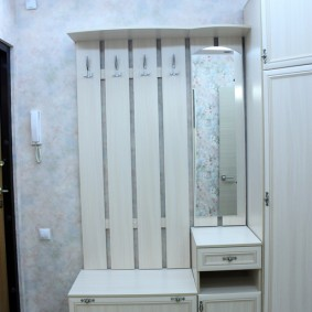 Недорогая мебель в маленькой прихожей