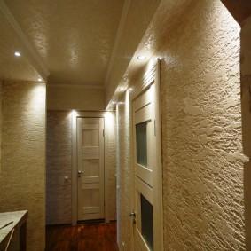 Освещение коридора с отделкой стен декоративной штукатуркой