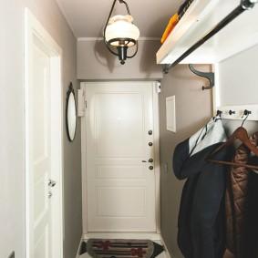Небольшой коридор в трехкомнатной квартире
