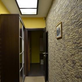 Декор стены прихожей искусственным камнем