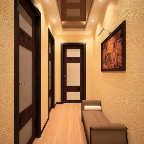 Точечные светильники на потолке длинного коридора