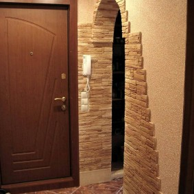 Искусственный камень на стене коридора в двушке