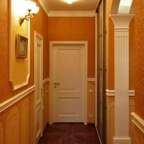 Оформление коридора квартиры в стиле классики