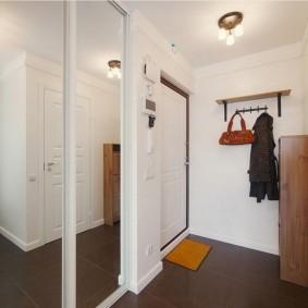 Небольшой коврик перед дверью в квартире